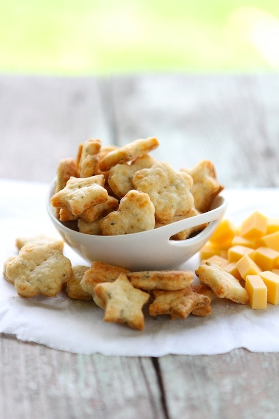Easy Parmesan Basil Crackers from www.laurenslatest.com